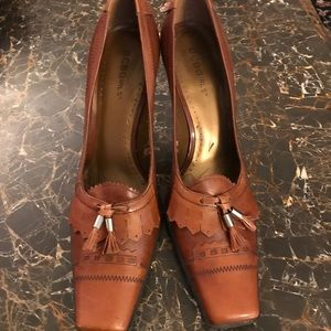 BCBG Shoes - BCBG tan leather 1 inch heels new